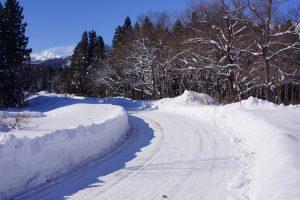雪道運転は危険がいっぱい!?雪の日にタクシー運転手が気を付けること