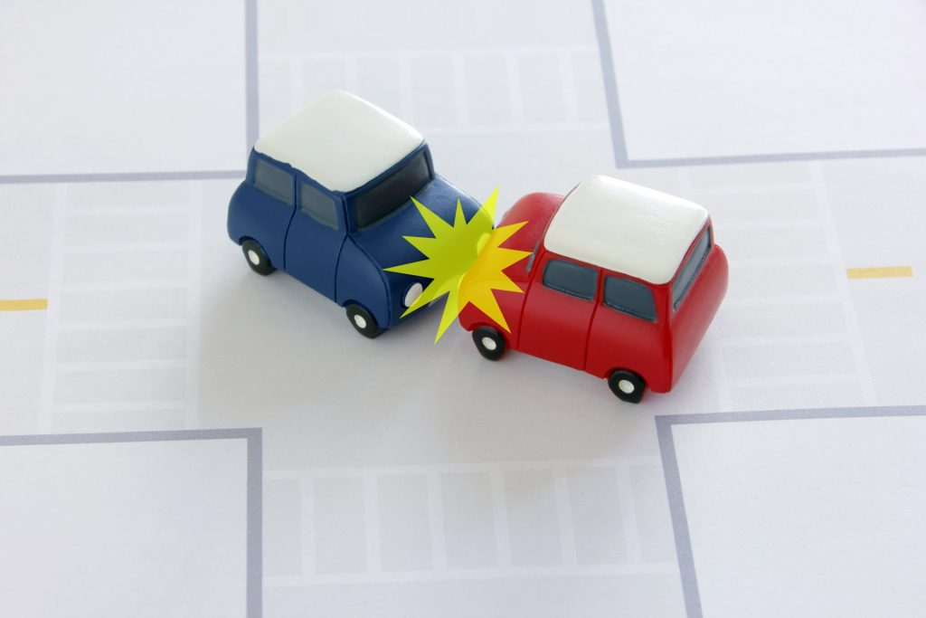 タクシー運転手も要注意!自動車事故の原因は視野と死角