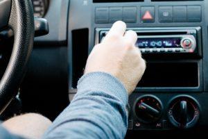 タクシーの中でラジオを聴くときの注意点
