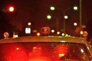 タクシーに行灯がついている意味とは?