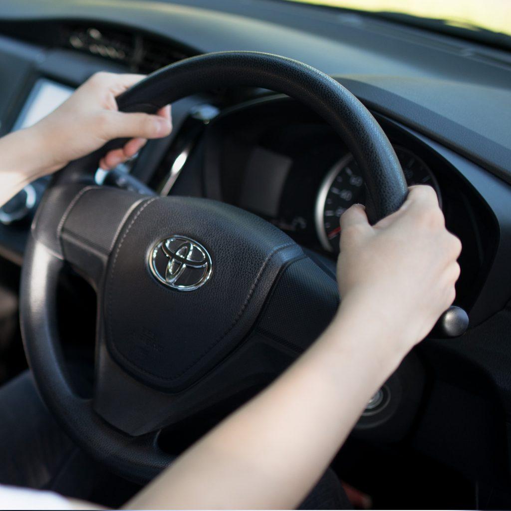 タクシー運転手は二種免許が必須条件です。