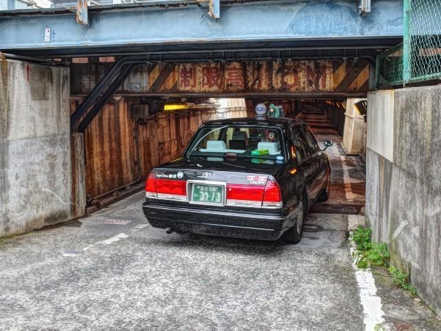都内タクシーの近道、港区の名物「天井低ガード」ついに一部消滅へ。