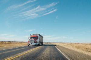 トラック運転手の年収や仕事内容は?働き方が似たハイヤー運転手と比較しつつ解説